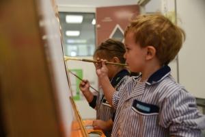 Educació infantil nen pintant